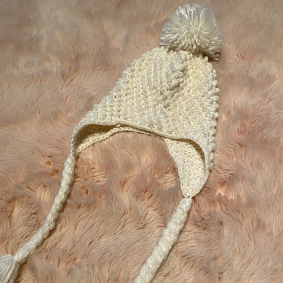 Other - Off White knitted hat with pompom